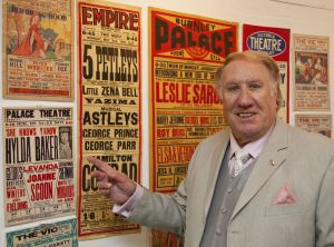 thanks for the memory duggie chapman burnley palace pointing sm.jpg